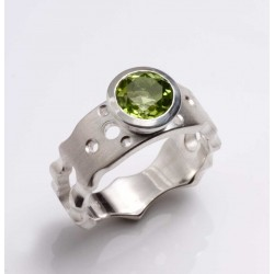 Maharajah ring, silver with peridot