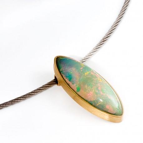 Weißer Opal mit schillernden Farben als Anhänger in 750- Gold