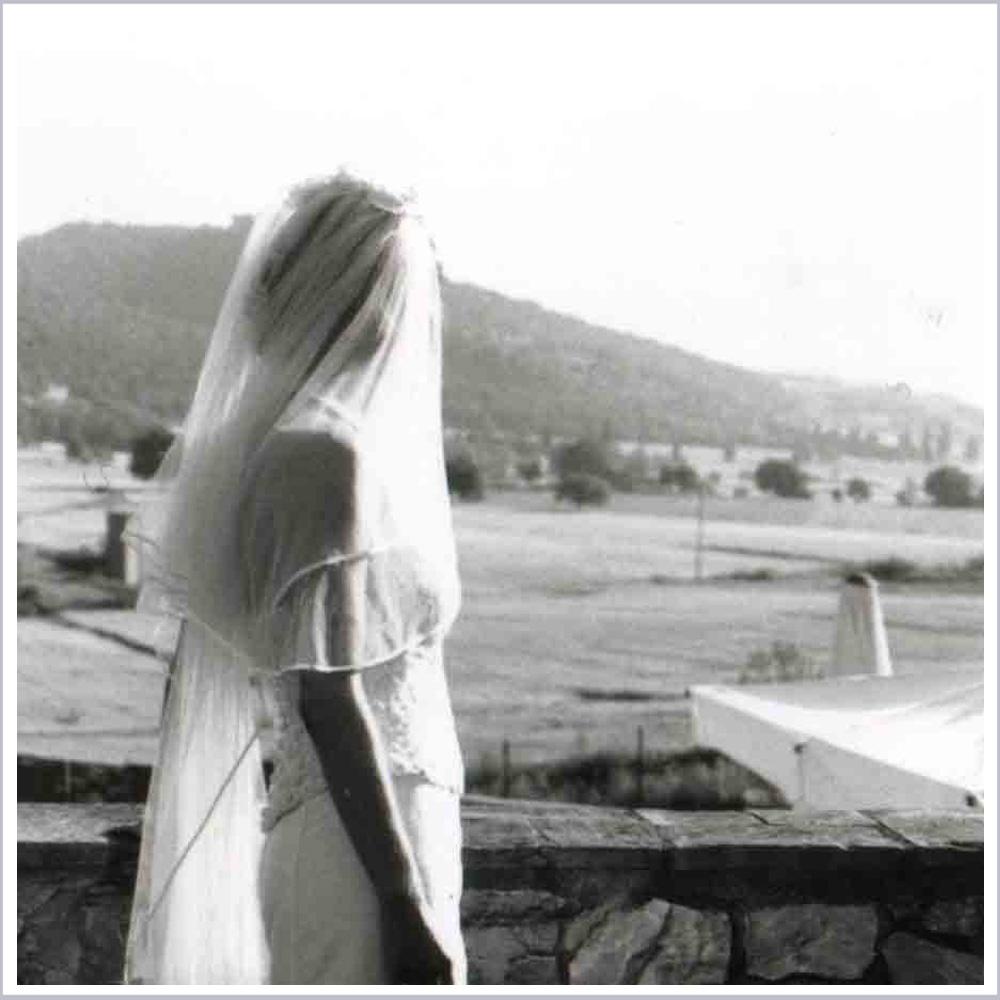 Braut mit Schleier vor toskanischer Landschaft