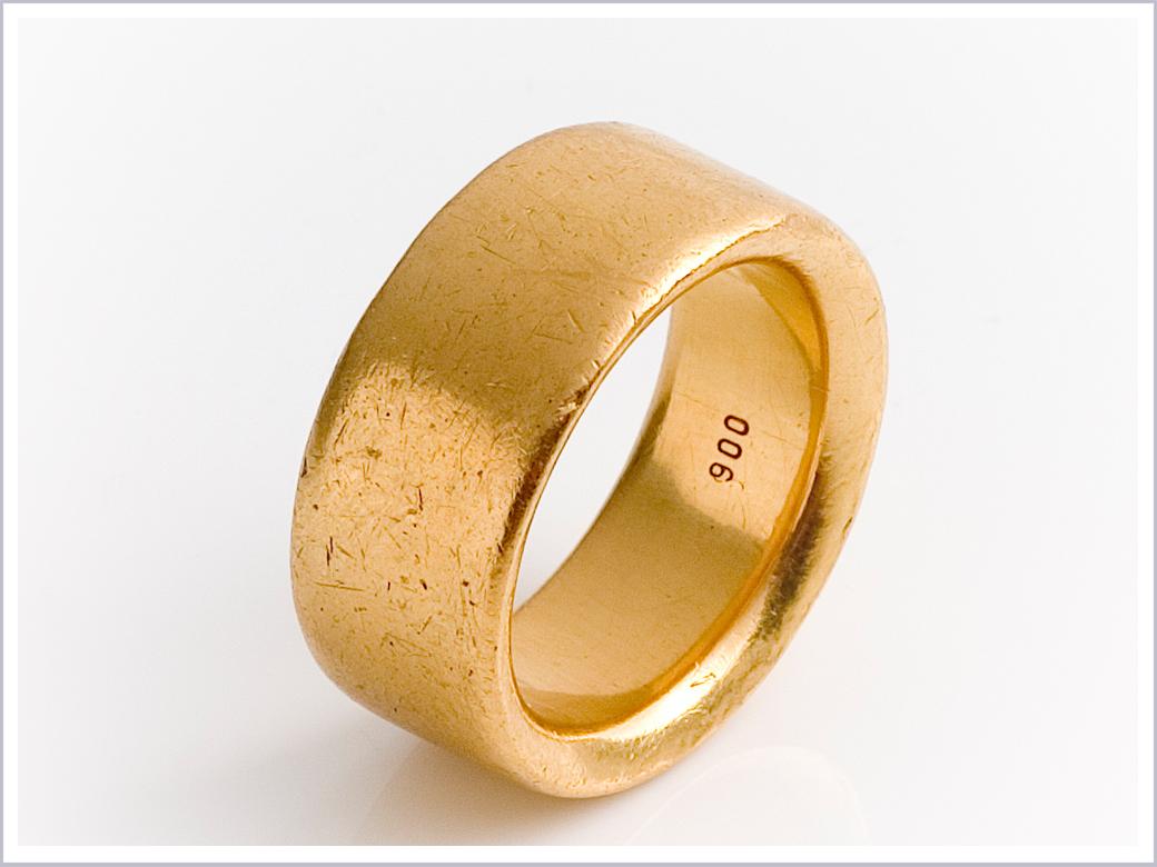 Getragene Oberfläche von Trauring aus 900er Gold
