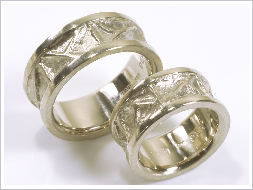 Trauringe aus Silber mit modelliertem Ornament